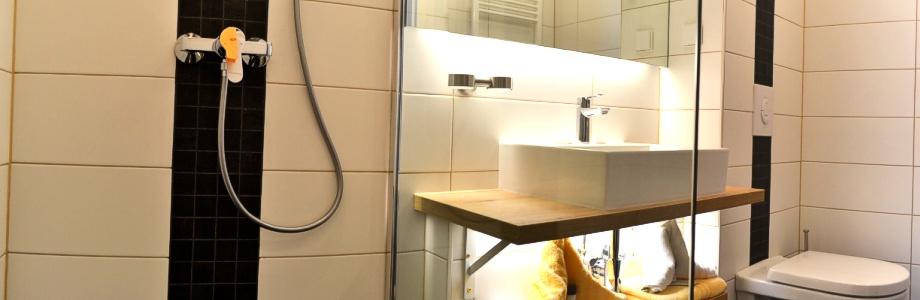 Bad im Doppelzimmer Hotel-Pension Vier Jahreszeiten